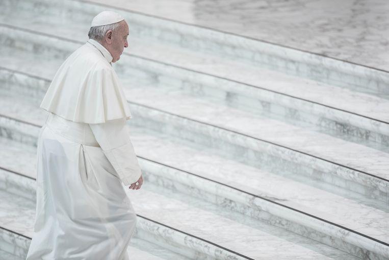 Paus Franciscus beklimt de trap van de grote audiëntiezaal van het Vaticaan. Beeld Getty Images