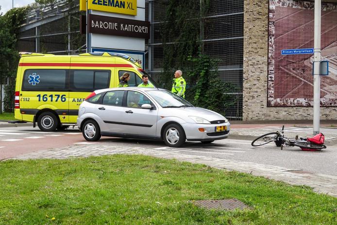 Auto rijdt een fietser aan op Alphense rotonde.