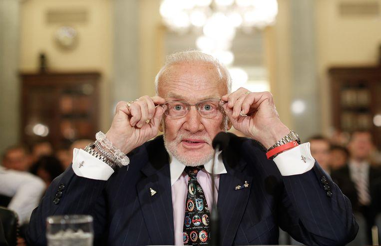 Buzz Aldrin getuigt voor een Senaatscommissie over ruimtevaart in Washington, 2015. Beeld null