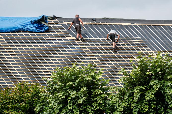 Dakdekkers zijn druk bezig met het vervangen van het dak op Theater de Schuur.