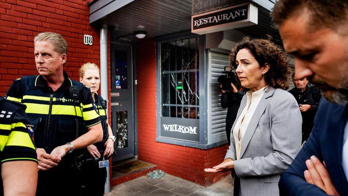 Burgemeester Halsema bezocht in augustus de Johan Huizingalaan. De straat werd in enkele dagen geteisterd door een explosief, twee beschietingen en de vondst van een handgranaat.