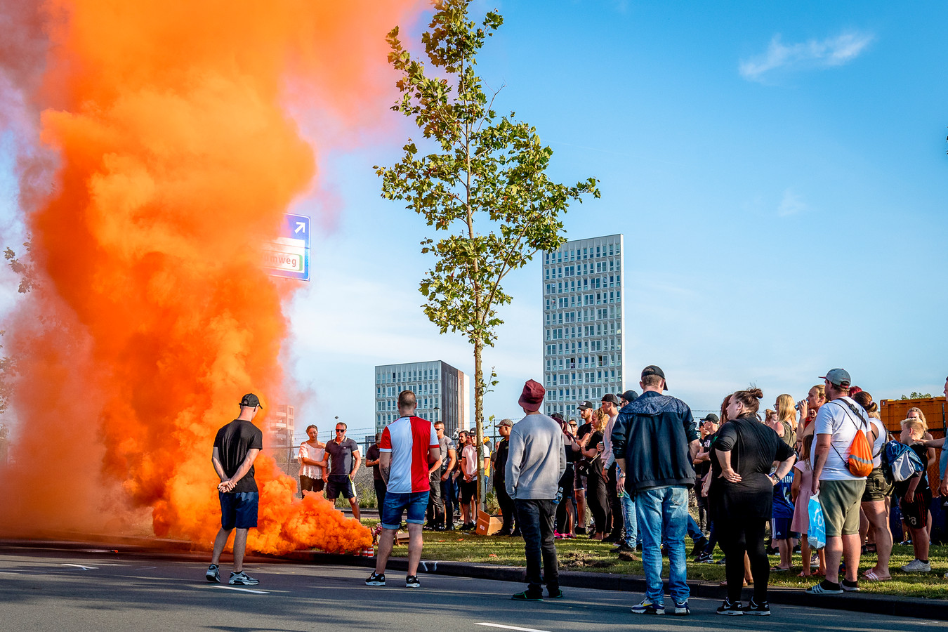 Stille tocht omgekomen motorrijder op de Laan op Zuid in Rotterdam na politie achtervolging.
