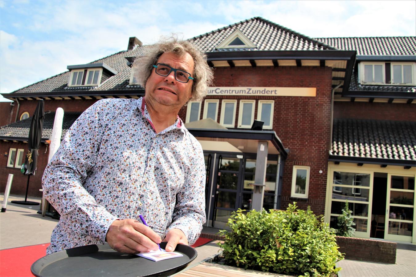 Peter Kesseler, met een grimas en een leeg dienblad nog op zijn gesloten terras.