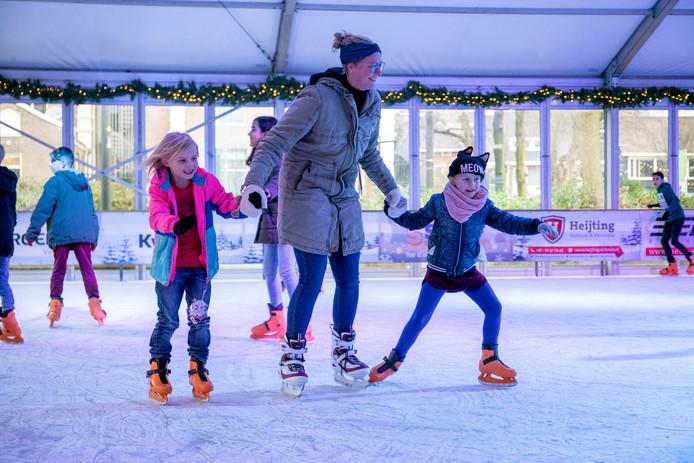 De Veenendaalse ijsbaan is direct na de opening populair bij jong en oud.