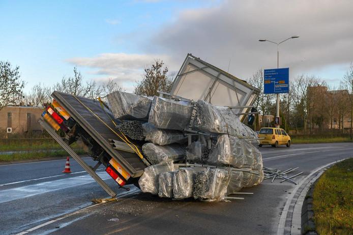 Een vrachtwagen verloor zijn lading op de Eisenhowerlaan in Alphen.