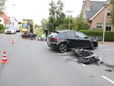 Afslaande automobilist ziet motorrijder over het hoofd, bestuurder met spoed naar ziekenhuis