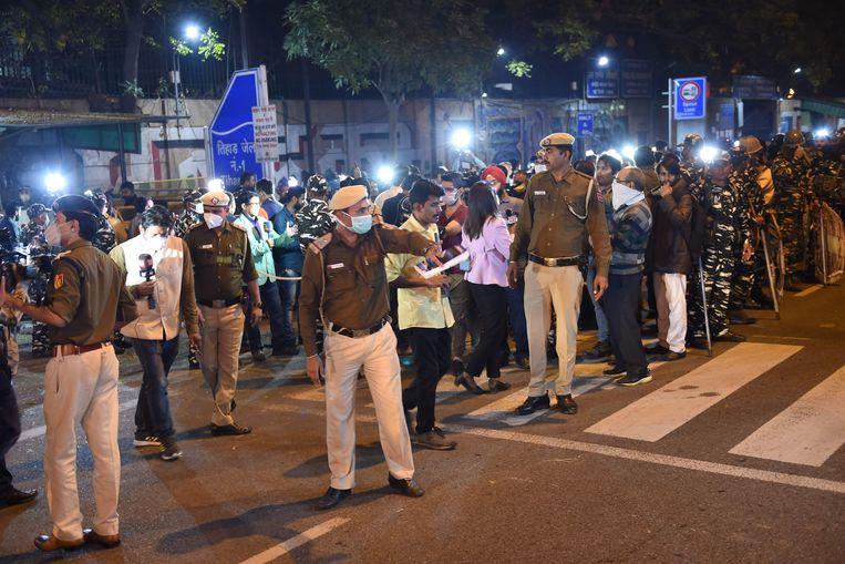 Demonstranten, journalisten en veiligheidspersoneel drommen samen voor de gevangenis van Tihar waar de verkrachters werden opgehangen.
