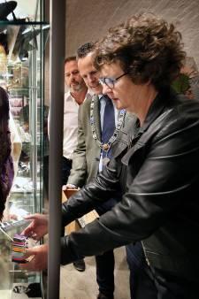 Ambassadeur Nieuw-Zeeland brengt medailles naar Vuren en Ingen: 'Een eer voor beide landen'
