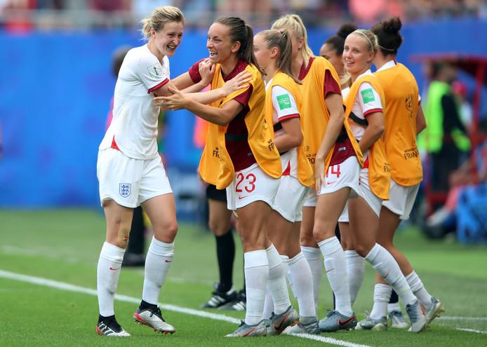 Ellen White (l) juicht na de 2-0 voor Engeland.