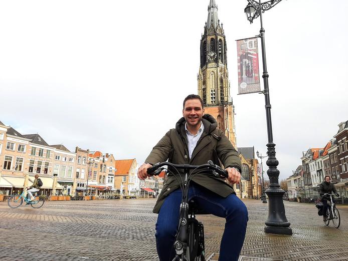 """Ray Vis heeft een stevige bui afgewacht en is nu op weg naar zijn werk. ,,Ik heb liever geen nat pak op de fiets."""""""