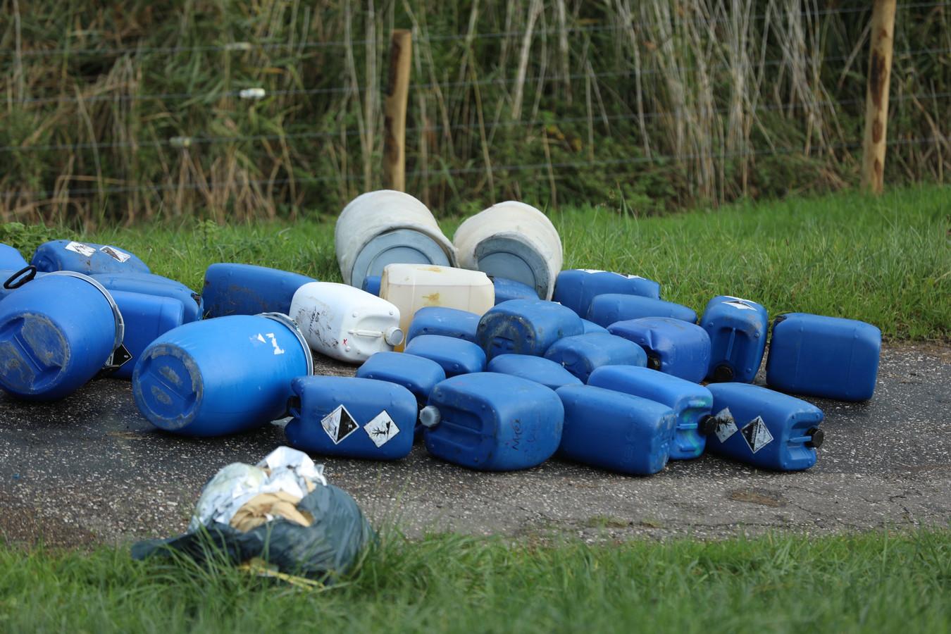 Vaten met mogelijk drugsafval zijn gedumpt langs de Drielsedijk in Arnhem, in uiterwaardenpark Meinerswijk.