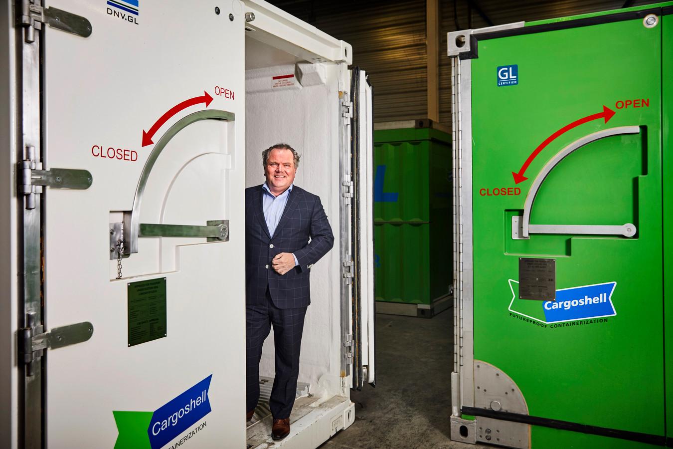 René Giesbers bij zijn Cargoshell-containers. ,,Wie wil, kan er morgen mee aan de slag.''