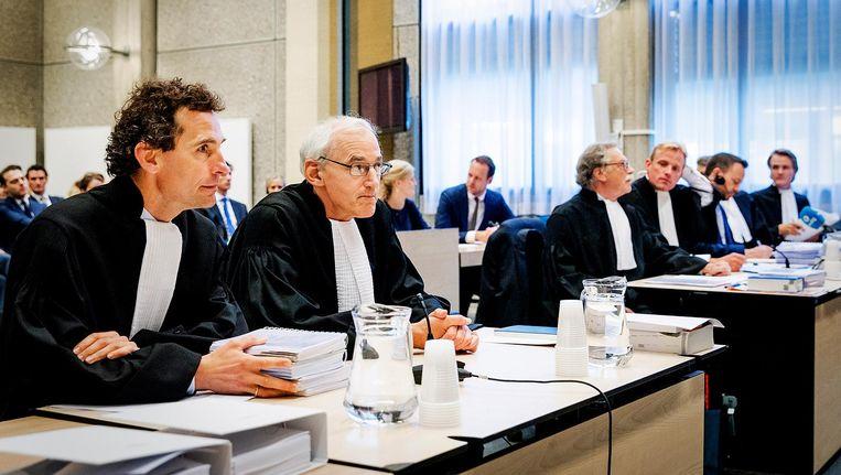 Advocaten van AkzoNobel (L) en de advocaten van Elliott Advisors (R) in de rechtbank Amsterdam. Beeld anp