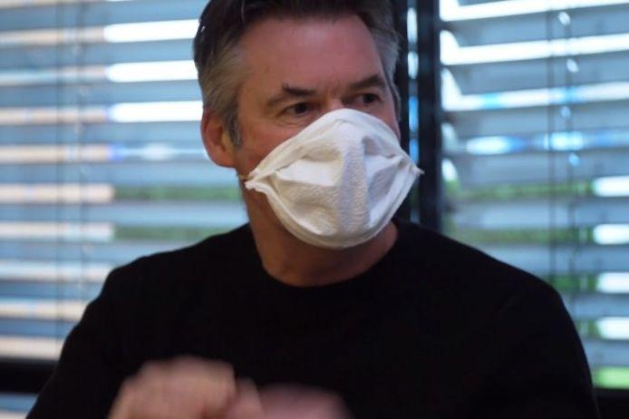 Beeld uit de instructievideo van Educared voor het maken van een eigen chirurgisch mondmasker.
