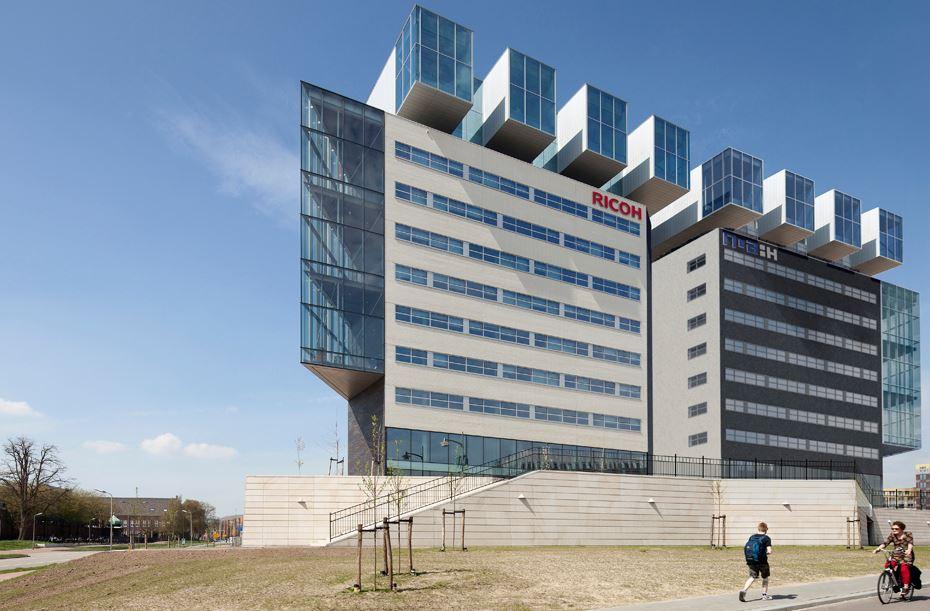 Links het Ricoh-kantoor, rechts impressie van de nieuwbouw.