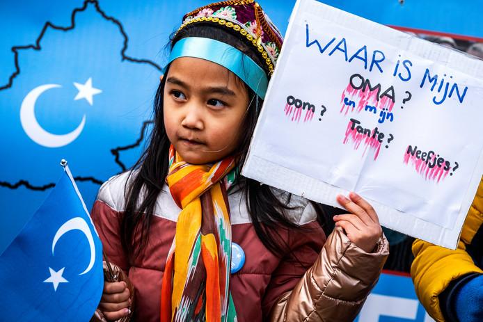 Protest van Oeigoeren op de Dam in Amsterdam. Ze demonstreren tegen het feit dat het voor de moslimminderheid in het westen van China bijna onmogelijk is om hun godsdienst en cultuur uit te dragen.