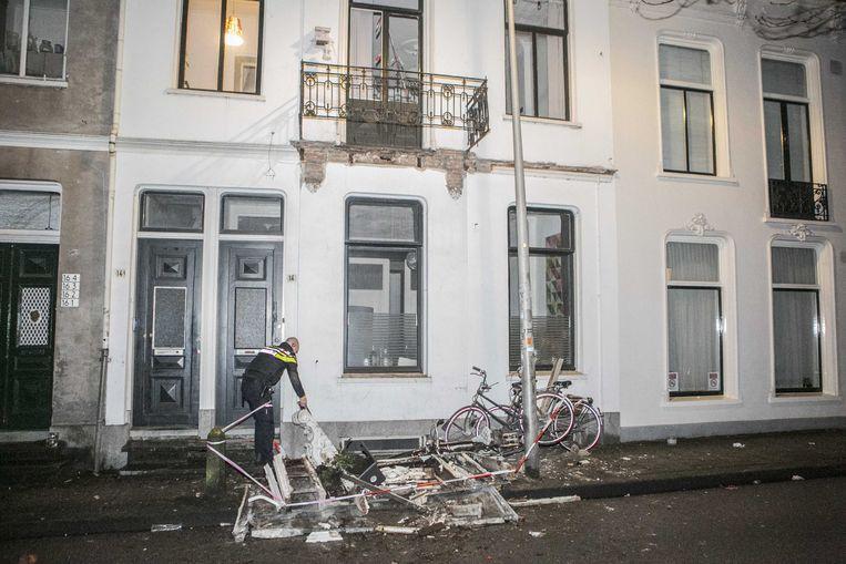Hulpdiensten zijn ter plaatse aan de Kastanjelaan waar zijn meerdere mensen gewond geraakt toen een balkon is ingestort tijdens de jaarwisseling.