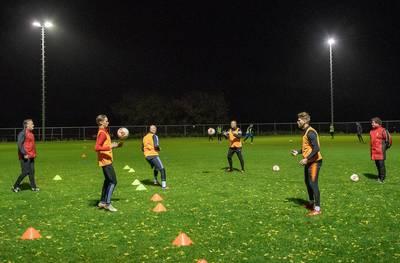 trainen-met-vier-spelers?-niet-alle-voetbalclubs-doen-mee
