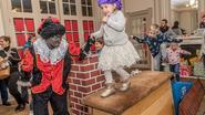 Kinderen verkennen Huis van de Sint