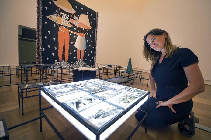 Directeur Saskia Bak van Museum Arnhem bij het aangekochte werk. Foto: Marina Popova.