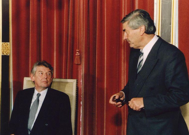 Wim Kok neemt de voorzittershamer van de ministerraad over van Ruud Lubbers Beeld ANP