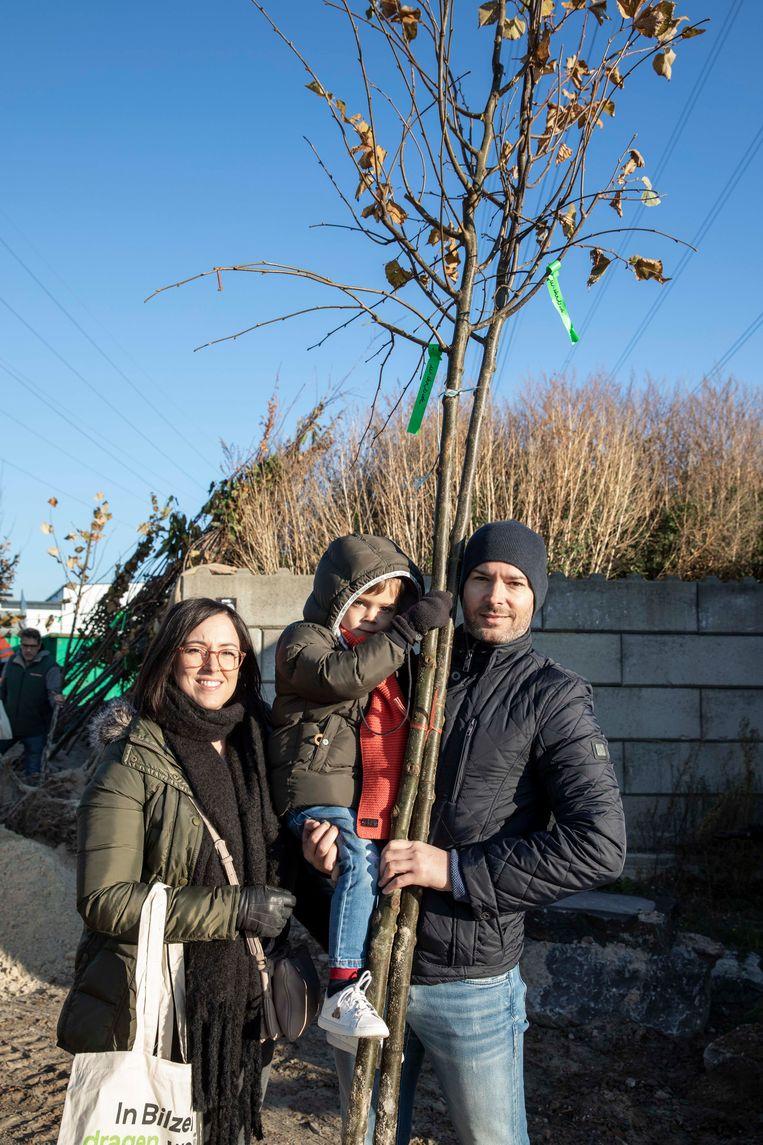 Karen Vossen, haar echtgenoot Angelo Peters en hun zoontje Jules komen een winterlinde als klimaatboom afhalen aan de gemeentemagzijnen.