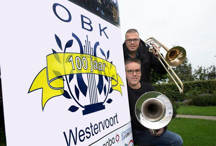 Ronnie Gerretzen (onder) en Ronny Arends zien het eeuwfeest van fanfare OBK in rook opgaan. De festiviteiten worden in 2021 gehouden.