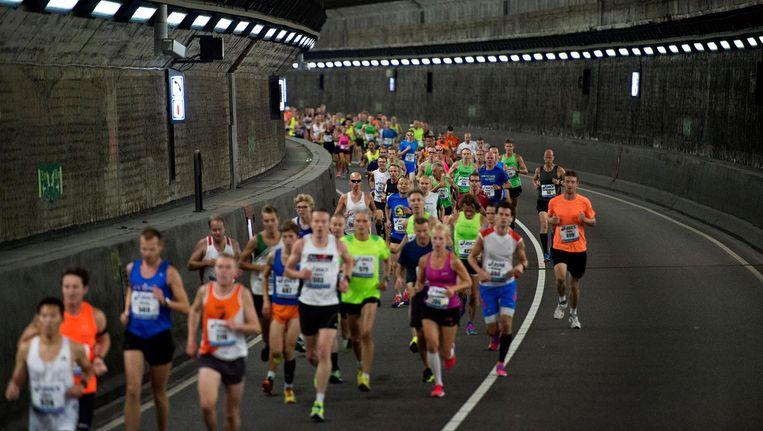 Deelnemers lopen door de IJ-tunnel tijdens de Dam tot Damloop van vorig jaar Beeld anp