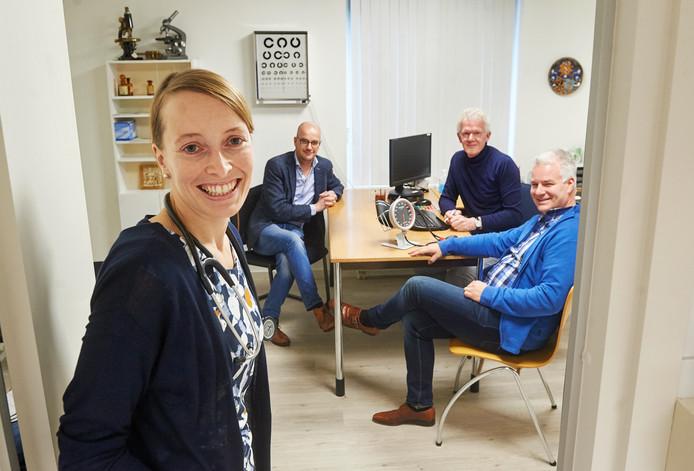 Claudia Damen-Langemeijer is de opvolger van huisarts Peter van der Burgt (tweede van rechts) in Heesch. Zij neemt de praktijk over samen met Jurgen van der Heijden (rechts) en Sander Boes.