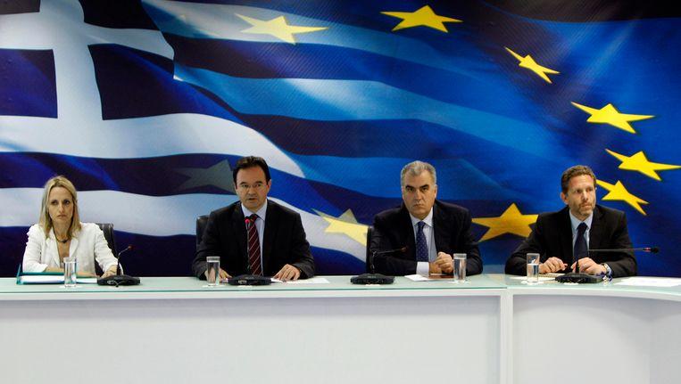 De Griekse minister voor Cultuur en Toerisme, Pavlos Geroulanos (uiterst rechts), is afgetreden in verband met de roof. Beeld REUTERS
