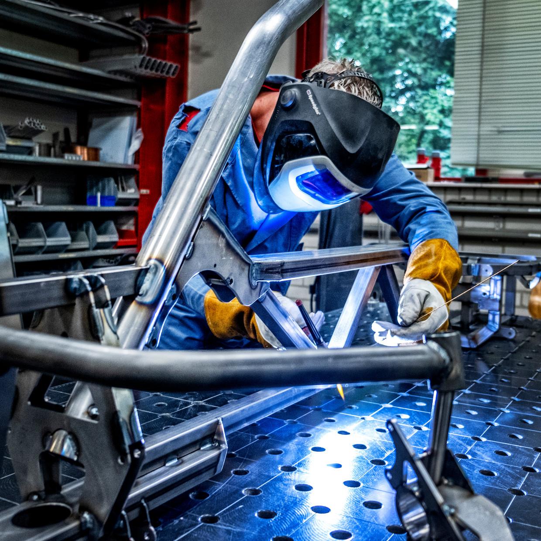 Het lassen van een nieuw frame bij Flevobike in Dronten Beeld  Raymond Rutting / de volkskrant