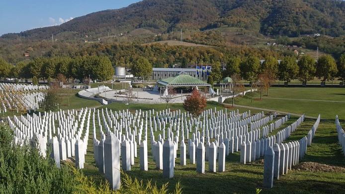 De begraafplaats in Srebrenica met op de achtergrond het museum.