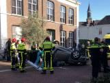 Auto belandt op z'n kop na botsing in Raamsdonksveer