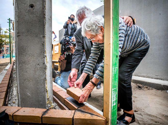 Jacqueline van Maarssen, jeugdvriendin van Anne Frank, legt de eerste herdenkingssteen voor het Nationaal Holocaust Namenmonument.