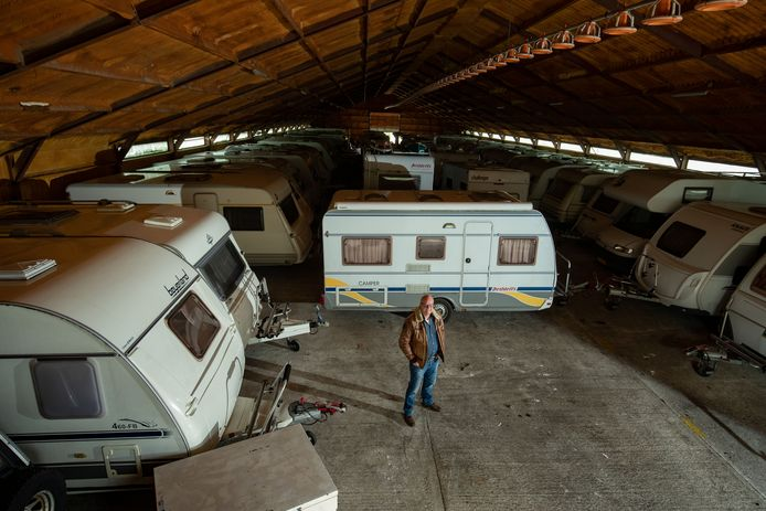 Renze Boersma tussen zijn caravans.