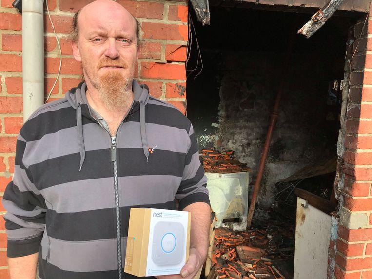 Bewoner Stefaan Robaey bij het vernielde bijgebouw.