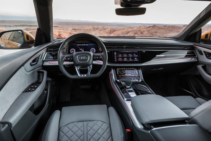 Geen tellers maar drie schermen in het dashboard.