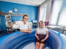 Bij dit Twentse ziekenhuis kun je een kindje baren in bad