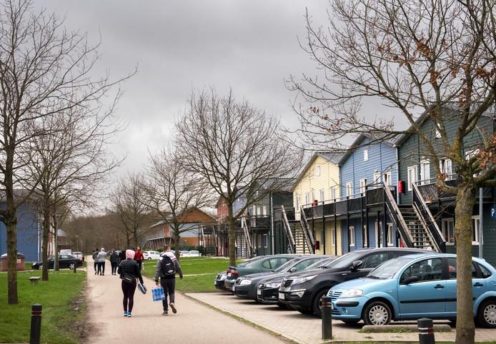In het voormalige asielzoekerscentrum Zeewolde en het naastliggende bungalowpark wonen 1.200 arbeidsmigranten. Daar gebeuren af en toe incidenten.