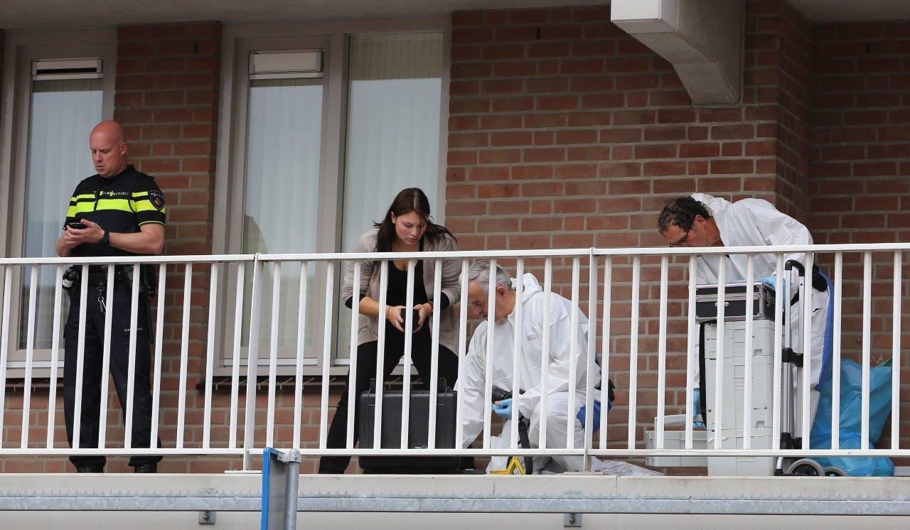 Onderzoek in en rondom de woning waar de steekpartij gebeurde.