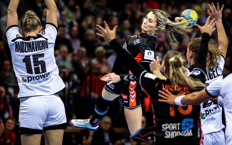 Estavana Polman scoort zaterdag een van haar tien doelpunten in de EWE Arena. Beeld Klaas Jan van der Weij
