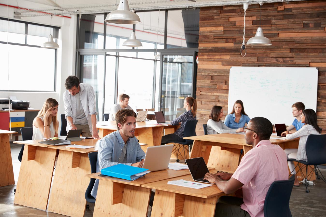 Foto ter illustratie. Werknemers in een open werkomgeving zijn fysiek actiever en minder gestrest dan personeel in privékantoren of hokjes, zo blijkt uit onderzoek.