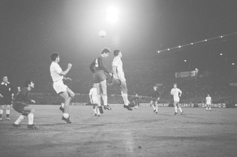 1967: Ajax speelt gelijk tegen Real. Op de foto Johan Cruijff in een kopduel met Socco en De Filepe. Beeld anp