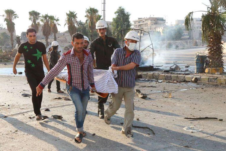 Hulpverleners voeren een dode af na een bombardement in Aleppo. Beeld anp