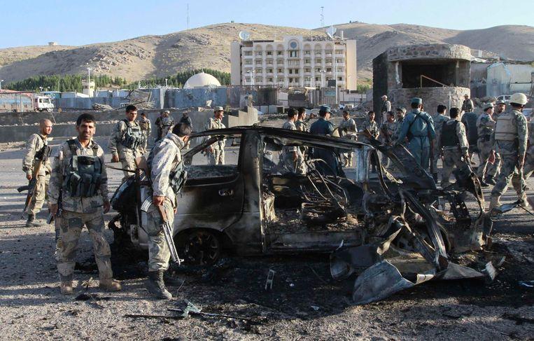 Afghaanse veiligheidsdiensten doen onderzoek op de plaats van de explosie. Beeld REUTERS