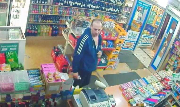 De verdachte probeerde verschillende keren met gestolen bankkaarten te betalen in nachtwinkels.