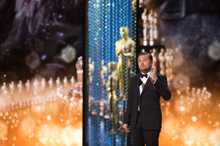 Leonardo DiCaprio neemt zijn Oscar voor beste mannelijke hoofdrol in ontvangst. Beeld anp