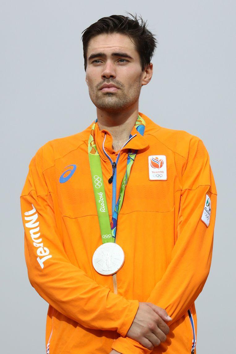 Tom Dumoulin tijdens de prijsuitreiking met de zilveren medaille om zijn nek. Beeld null