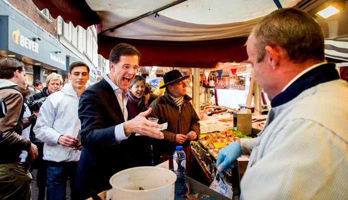 Mark Rutte op campagne in Leiden voor de gemeenteraadsverkiezingen in 2014.