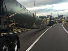 Enorme vrachtwagens versperren weg bij Rozenburg